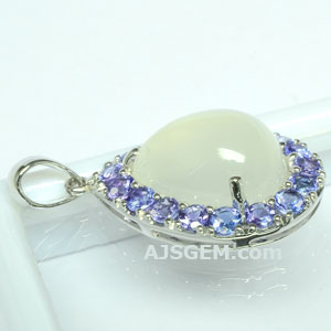 6.13 ct Moonstone Pendant in 18k White Gold side view
